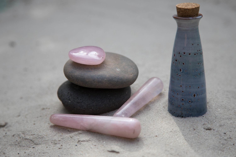 Rosenquarz und Rosenöl für die Rosenquarz-Massage